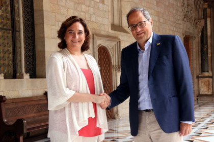 Barcelona's mayor, Ada Colau, and the Catalan president, Quim Torra, holding hands on July 30, 2019 (by Nazaret Romero)
