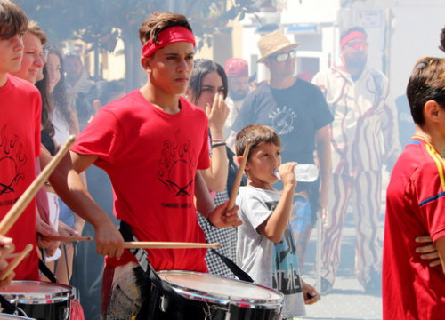 Khalid Ousini volunteered to play the drums in the Festa Major de Cubelles (Gemma Sànchez)