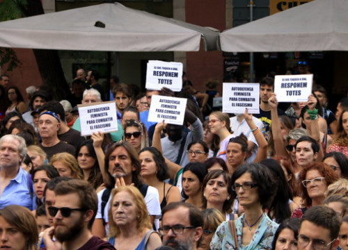 People flood the streets of Gràcia with anti-gender violence slogans (Laura Fíguis)