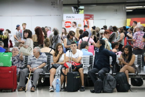 Passengers waiting for their train to arrive after the delays on August 23, 2019. (Photo: Ariadna Coma)