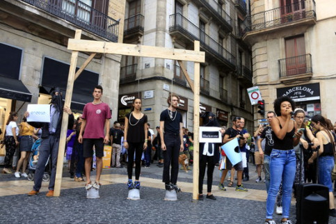 The public 'hanging' comes during an important fortnight for climate change in Catalonia (by Laura Fíguls)