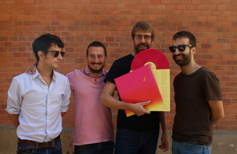 Members of the band Manel with their new record in hand, 'Per la bona gent' (by Violeta Gumà)