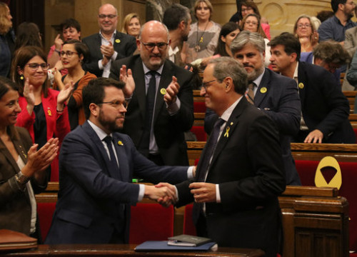 Catalan president Quim Torra (right) shakes hands with his vice president Pere Aragonès (left) after defeating the motion of no confidence brought forward by the Ciutadans party (by Mariona Puig)