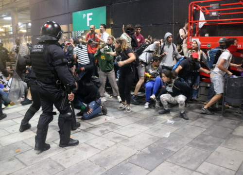 Catalan police clashes with protesters at Barcelona airport (by Miquel Codolar)