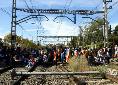 Pro-independence supporters blocking railways between Tarragona and Reus (by Núria Torres)