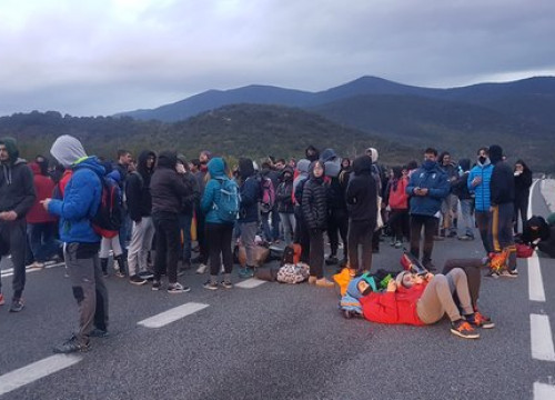 Image of some 200 demonstrators blocking the N-145 road near the Andorran border on October 18, 2019 (by Marta Lluvich)