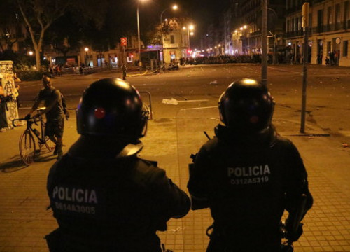 Police have fired foam bullets at demonstrators and journalists alike (by Laura Busquets)