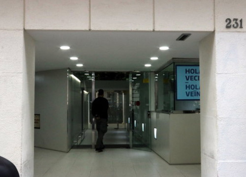 Front door of the Catalan Association of Municipalities on the day of Spanish police raids in a money-laundering operation (by Maria Belmez)