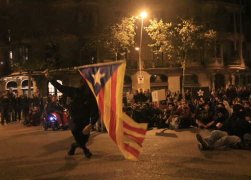 A protester waves a Catalan independence flag during one of the demonstrations against the verdict given to the independence leaders, October 2019 (by Laura Fíguls)