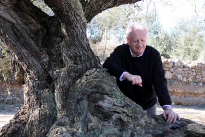 Actor Juan Echanove poses in front of a thousand-year-old olive tree on February 16 2012 (by Jordi Marsal)