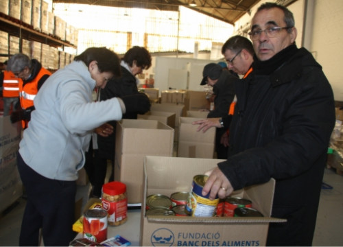 Food Bank volunteers in Girona distribute food in boxes on December 12 2018 (by Lourdes Casademont)