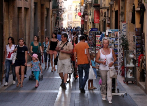 Tourists and locals walking down Tarragona's Carrer Major (by ACN)