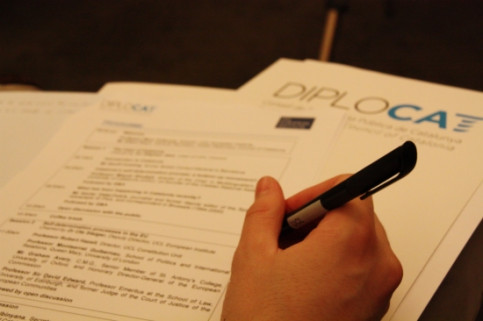 A person writing on a Diplocat programme in an event in London (by Laura Pous)