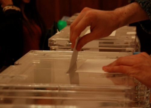 A person casting a vote in the past Catalan election, in 2015 (by ACN)