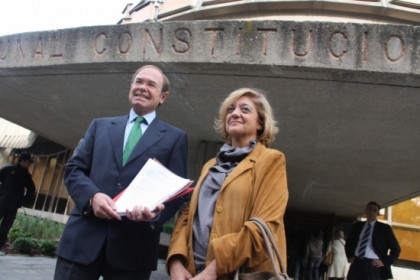 Pío García-Escudero and Rosa Vindel in front of the Spanish Constitutional Court (by R. Pi)