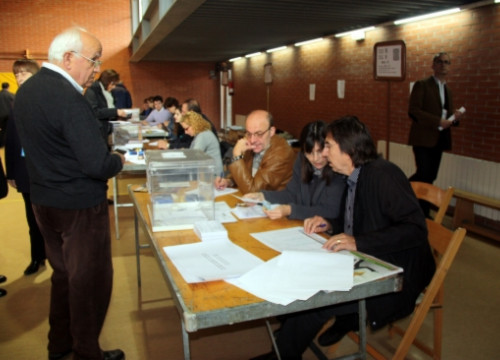 A man voting at his polling station in Girona (by N. Guisasola)