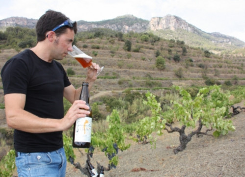 Santi Torrella with the wine glass to taste the Garnatxa Beer, from the Priorat (by M. C. Griso)