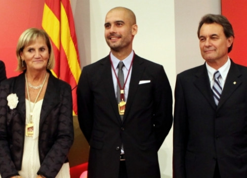 Pep Guardiola with the president of the Catalan Parliament, Núria de Gispert, and the Catalan President, Artur Mas (by ACN)