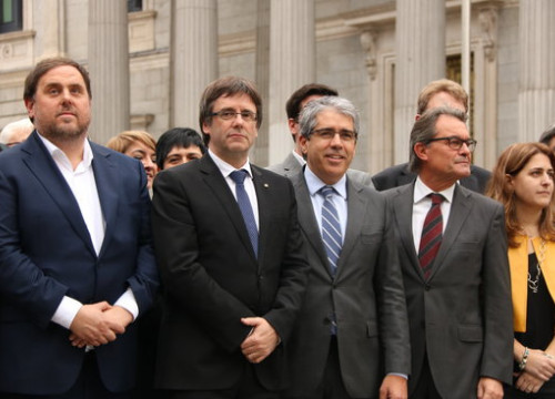 Catalan President, Carles Puigdemont, together with Catalan Vice-president, Oriol Junqueras and Former Catalan President, Artur Mas, backed the PDECAT spokesman in the Spanish Parliament, Francesc Homs, shortly before his suplication vote (by ACN)