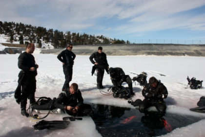 Scuba divers before going under the ice (by M. Lluvich)