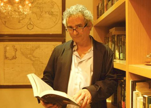 Ildefonso Falcones at his lawyers buffet with the translations of his book on a February evening (by C. Roig)