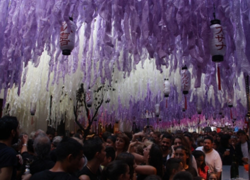 The Japan-themed decorations in Barcelona's Verdi Street (by A. Zamorano)