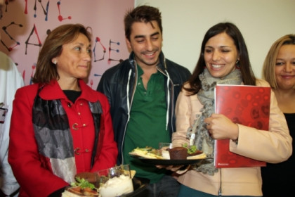 Jordi Roca with some blood donors showing on of the Celler de Can Roca's delicacies (by ACN)