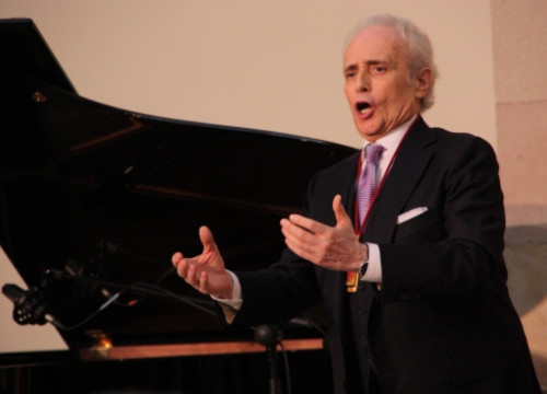 Josep Carreras, singing after receiving the Catalan Parliament's Golden Medal (by P. Mateos)
