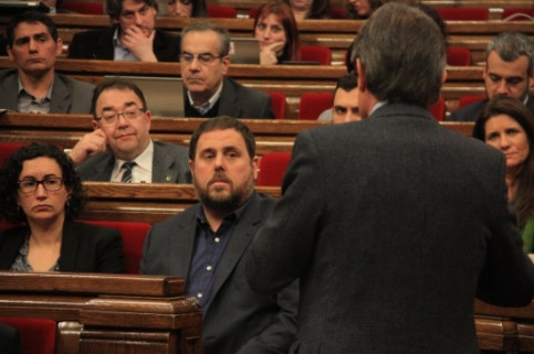 Oriol Junqueras (centre) and Artur Mas (right), on Wednesay at the Catalan Parliament (by B. Fuentes)