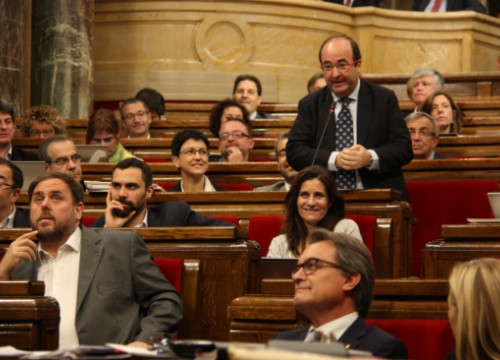 Junqueras (left), Mas (centre, first row) and Iceta (standing up) on Wednesday at the Catalan Parliament (by R. Garrido)