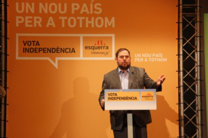 "ERC's leader, Oriol Junqueras, with the campaign's motto: ""A new country for everybody"" (by A. Moldes)"