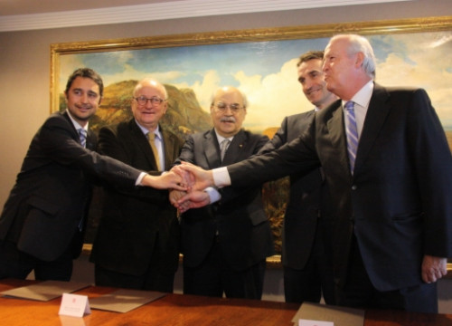 La Caixa and the Catalan Government sign the agreement on BCN World's land (by J. R. Torné)