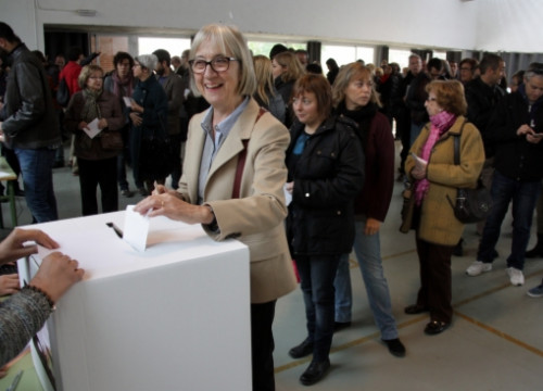 A lady casting her vote in Terrassa (Greater Barcelona) on November 9 (by J. Pujolar)