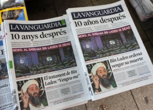 The first issue of La Vanguardia in Catalan next to the Spanish edition (by M. Rocabert)