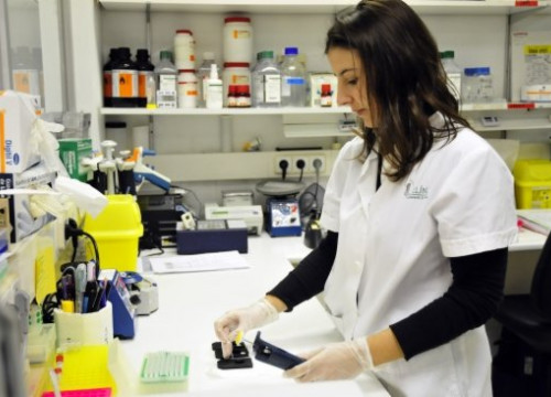 A researcher from Barcelona's Hospital Clínic (by ACN)