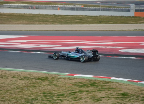 Lewis Hamilton driving his Mercedes at Catalunya Circuit (by A. Barrionuevo / E. Jorge)