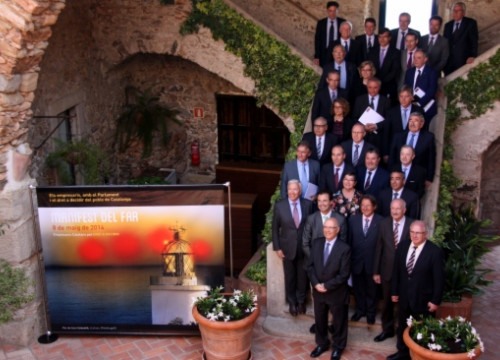 Family picture of the business associations signing 'The Lighthouse Manifesto' backing self-determination (by T. Tàpia)
