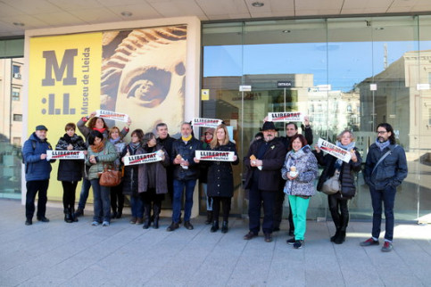 "The workers from the Catalan culture department  hold a banner reading ""Freedom for political prisoners"" (by Laura Cortés)"