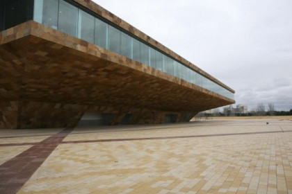 One side of La Llotja Theatre and Conference Centre in Lleida (by Hermínia Sirvent / Paeria)