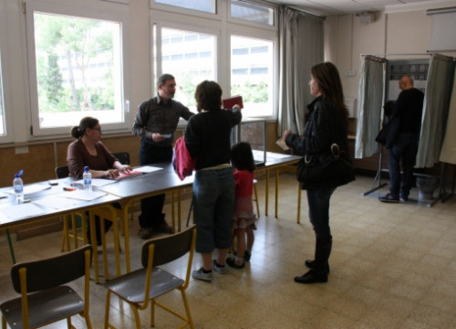 French citizens voting in polling station set up at Barcelona's Lycée Français (by N. Julià)