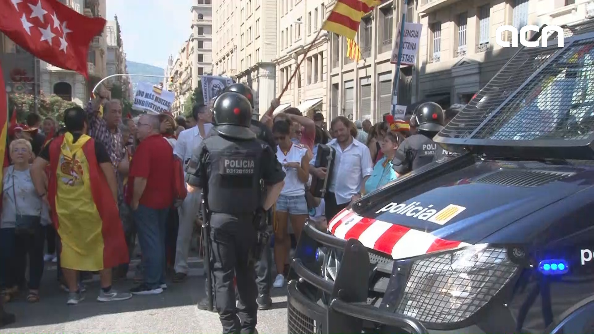 Tension between protesters for and against schooling in Catalan