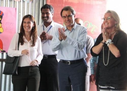 The Catalan President (centre) with his wife (right) visiting an education NGO in India (by R.Garrido)