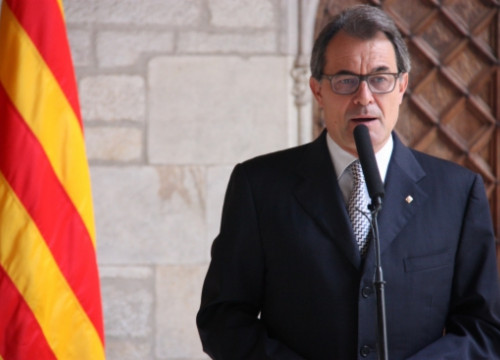 The Catalan President, Artur Mas, announcing the measures to take away Pujol's benefits and honours (by J. Bataller)