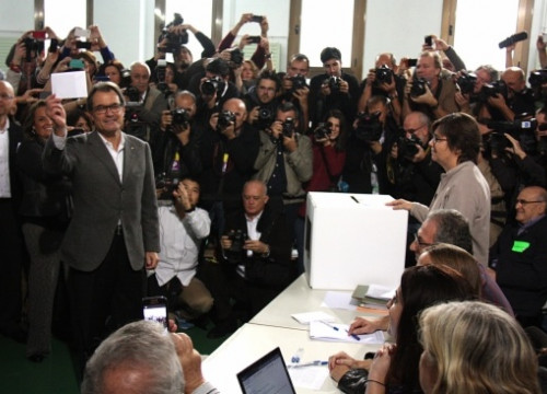 The Catalan President, Artur Mas, voting on 9 November (by P. Mateos)