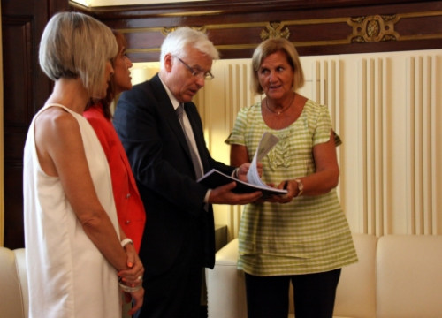 The Catalan Culture Minister, Ferran Mascarell (centre) showing the report to the President of the Catalan Parliament, Núria de Gispert (right) (by ACN)