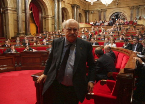 The Catalan Finance Minister, Andreu Mas-Colell, leaving the Catalan Parliament after a debate (by M. Fernández Noguera)