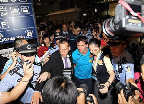 Leo Messi arriving at Beijing's Airport in 2010 (by FC Barcelona)