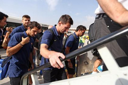 From right to left: Xavi, Messi, Cesc, Piqué and Busquets before taking the plane towards Barcelona (by FC Barcelona)