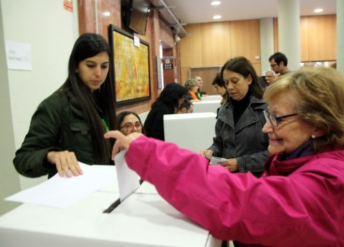 A woman voting in Tarragona on November 9's symbolic vote on independence (by R. Segura)