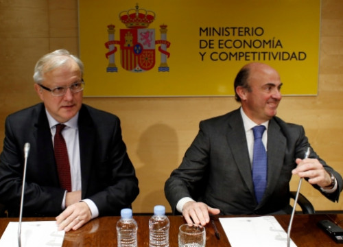 Olli Rehn (left) and Luís de Guindos (right) in Madrid on Monday (by Reuters)